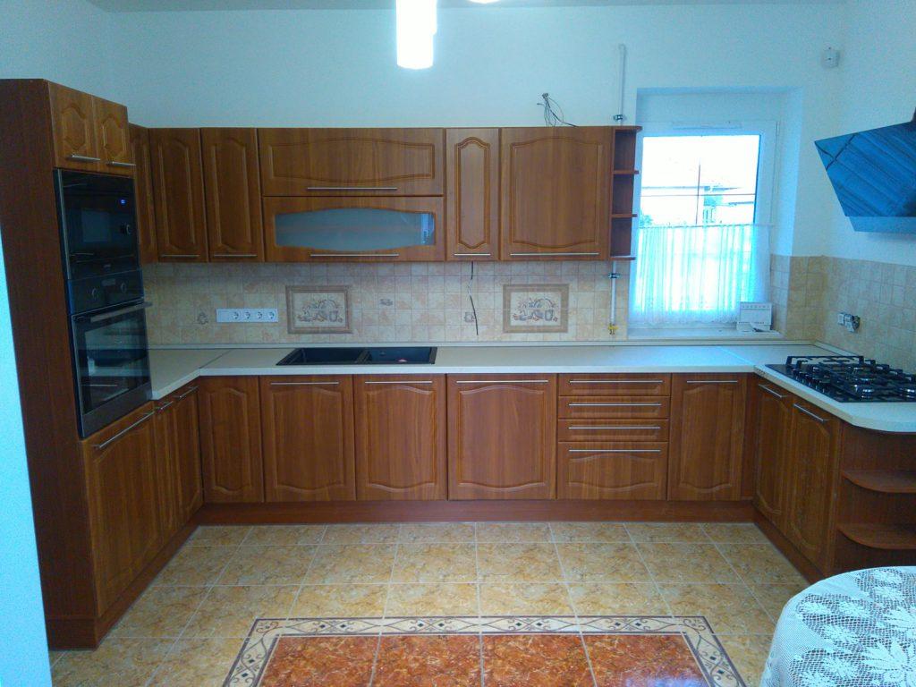 Egyedi U alakú konyhabútor készítése Kistarcsán ingyenes összeszereléssel