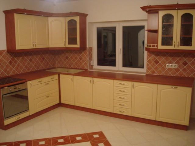 Egyedi L alakú konyhabútor készítése Kistarcsán ingyenes összeszereléssel